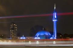 Mezquita azul y tráfico en la noche imágenes de archivo libres de regalías
