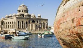 Mezquita bajo construcción en puerto pesquero Fotografía de archivo