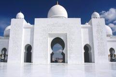 Mezquita blanca con el cielo azul nublado Fotografía de archivo