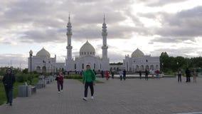 Mezquita blanca Tartaristán, búlgaro Turista que camina a través de cuadrado almacen de video