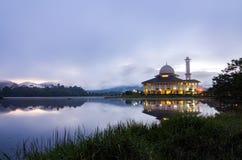 Mezquita con el fondo del fondo de la salida del sol, nublado y de niebla Foto de archivo libre de regalías