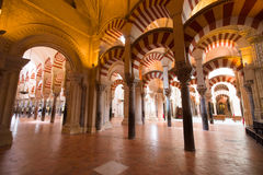 Łuki i nieprawdopodobna architektura wśrodku Mezquita (Grea Obrazy Stock