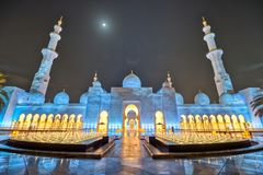 Mezquita de Abu Dhabi Sheikh Zayed Grand en la noche, la religión y el Islam imagen de archivo
