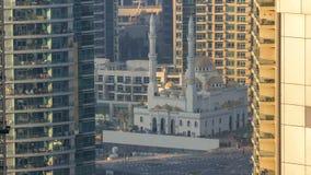 Mezquita de Al Raheem entre el timelapse de los rascacielos en el paseo del puerto deportivo en el puerto deportivo de Dubai, Dub metrajes
