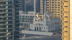 Mezquita de Al Raheem entre el timelapse de los rascacielos en el paseo del puerto deportivo en el puerto deportivo de Dubai, Dub almacen de video