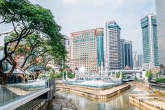 Mezquita de Jamek y edificios financieros en Kuala Lumpur, Malasia fotografía de archivo