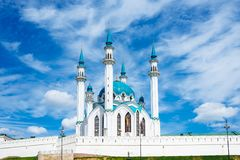 Mezquita de Kul Sharif en Kazán, Rusia en el fondo del cielo azul del verano Fotos de archivo