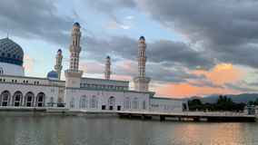 Mezquita de la ciudad de Kota Kinabalu metrajes