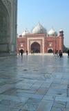 Mezquita de la piedra arenisca roja en el complejo de Taj Mahal Foto de archivo libre de regalías