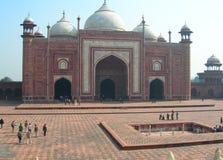 Mezquita de la piedra arenisca roja en el complejo de Taj Mahal Imagen de archivo
