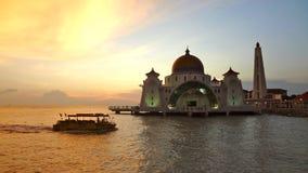 Mezquita de los estrechos de Malaca durante puesta del sol Fotos de archivo
