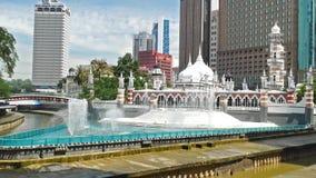 Mezquita de Masjid Jamek que está situada en el corazón de la ciudad de Kuala Lumpur Añadió el río temático de las nuevas caracte almacen de metraje de vídeo