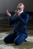 Mezquita de Muslim Praying In del hombre de negocios Imagen de archivo libre de regalías