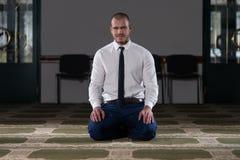 Mezquita de Muslim Praying In del hombre de negocios Fotografía de archivo libre de regalías