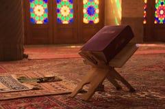 Mezquita de Nasir-ol-molk con el detalle del libro del quran shiraz foto de archivo