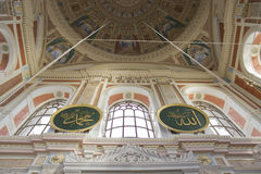Mezquita de Ortakoy dentro Imagenes de archivo