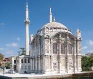Mezquita de Ortakoy Mecidiye en el puente de Bosphorus Foto de archivo