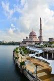 Mezquita de Putra al lado del río Fotos de archivo libres de regalías