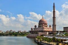 Mezquita de Putra al lado del río Imágenes de archivo libres de regalías
