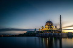 Mezquita de Putra durante salida del sol en Putrajaya Foto de archivo