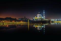Mezquita de Putra durante salida del sol en Putrajaya foto de archivo libre de regalías