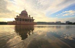 Mezquita de Putra en la salida del sol Fotografía de archivo libre de regalías