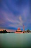 Mezquita de Putra en Putrajaya, Malasia en la oscuridad Foto de archivo
