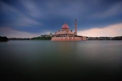 Mezquita de Putra en Putrajaya, Malasia en la oscuridad Imagenes de archivo