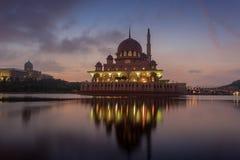 Mezquita de Putra de la opinión de la orilla del lago Imágenes de archivo libres de regalías