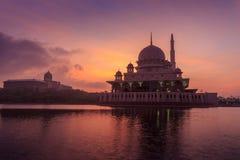 Mezquita de Putra de la opinión de la orilla del lago Imagenes de archivo
