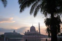 Mezquita de Putra de la opinión de la orilla del lago Foto de archivo libre de regalías