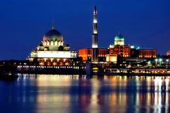 Mezquita de Putra y edificio de Perdana Putra Imagen de archivo libre de regalías