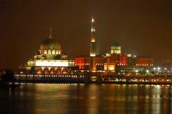 Mezquita de Putra y edificio de Perdana Putra Fotos de archivo