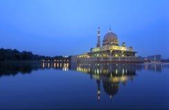 Mezquita de Putrajaya y la reflexión fotografía de archivo libre de regalías