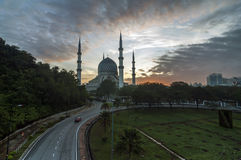 Mezquita de Shah Alam durante salida del sol Foto de archivo