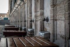 Mezquita de Suleymaniye en Estambul, Turquía Lugares para la ablución ritual Foto de archivo