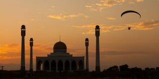 Mezquita de Tailandia con un paramotor Fotos de archivo libres de regalías
