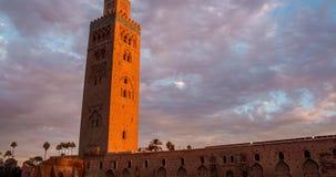 Mezquita de Timelapse Koutoubia en Marrakesh en la puesta del sol en el fondo de nubes, Marruecos almacen de metraje de vídeo