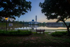 Mezquita de Uniten o mezquita azul durante salida del sol hermosa Foto de archivo