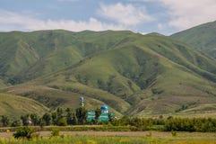 Mezquita debajo de las montañas Foto de archivo libre de regalías