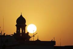 Mezquita del alminar de la mezquita durante puesta del sol Imagenes de archivo