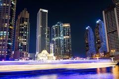 Mezquita del puerto deportivo de Dubai con los rascacielos y los rastros de la luz Fotografía de archivo libre de regalías