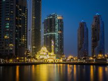 Mezquita del puerto deportivo de Dubai en la noche Foto de archivo libre de regalías