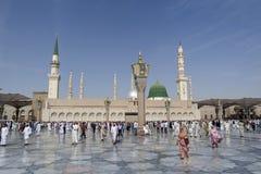 Mezquita después de musulmanes de los rezos, Medina, la Arabia Saudita de Nabawi Imagenes de archivo