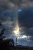 Mezquita en dask Luz del sol a través de las nubes Imágenes de archivo libres de regalías