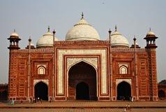 Mezquita en el complejo del Taj Mahal, Agra, la India Foto de archivo libre de regalías