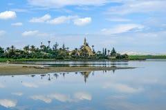 Mezquita en el lago aliki Salt Fotos de archivo