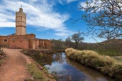 Mezquita en la pequeña ciudad de Inkkal en el alto atlas de Marruecos Fotos de archivo libres de regalías