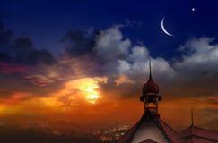 Mezquita en la puesta del sol Paisaje de la ciudad Fotografía de archivo