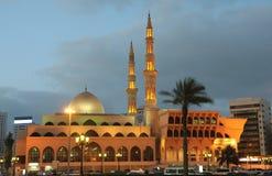 Mezquita en Sharja en la oscuridad Fotos de archivo libres de regalías
